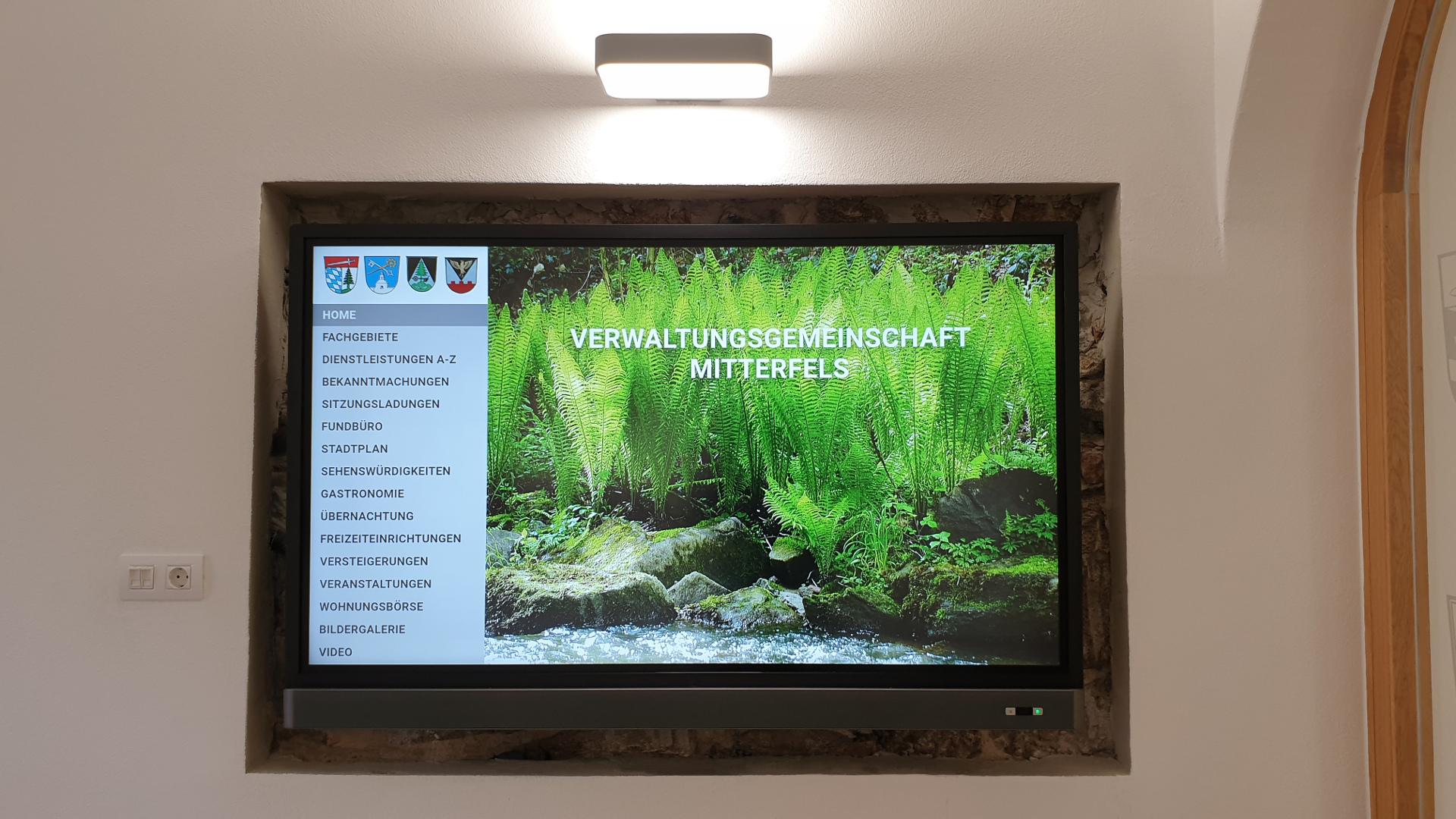 Rathaus Mitterfels – Medientechnik Sitzungssaal und Foyer inkl. Programmierung des interaktiven Wegweisers/Tourismusführers auf 65″ 4K UHD Touchmonitor und Netzwerk-Medienplayer mit Fernwartung